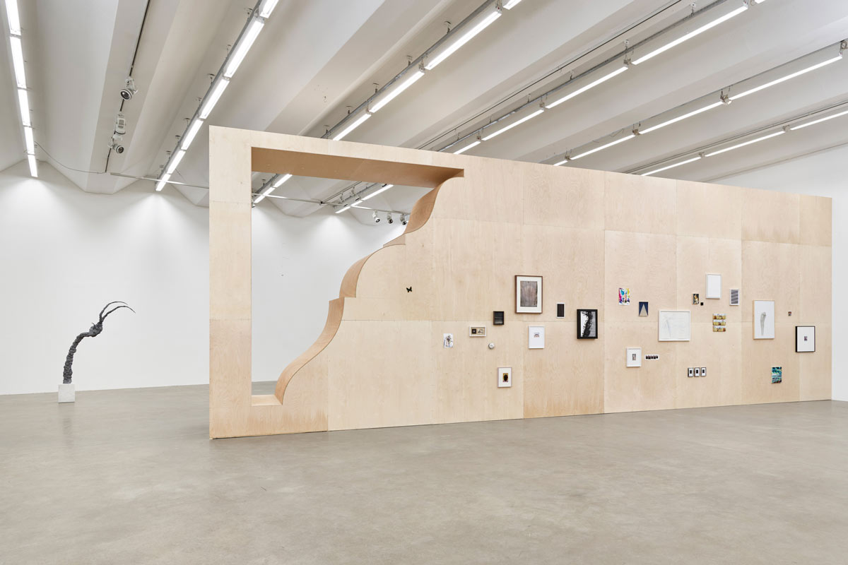 Jay Gard, Berliner Leiste, 2017, plywood, 11 × 4,6 × 1,2 m, Exhibition Design (Group Show SMALL)